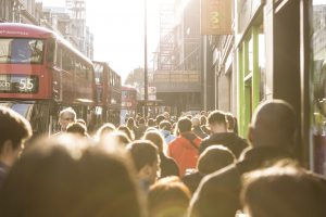 Multime de oameni londra, tineri / Foto: Pixabay.com