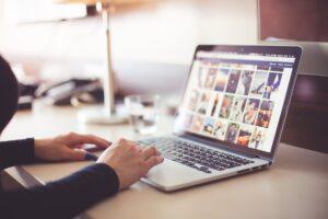 internet-laptop-google-calculator-birou-office-pexels