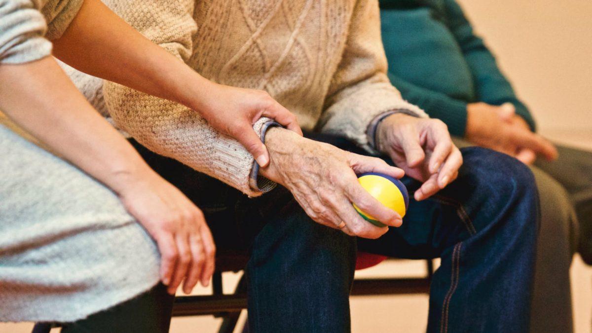 batrani pensie spital ajutor pexels
