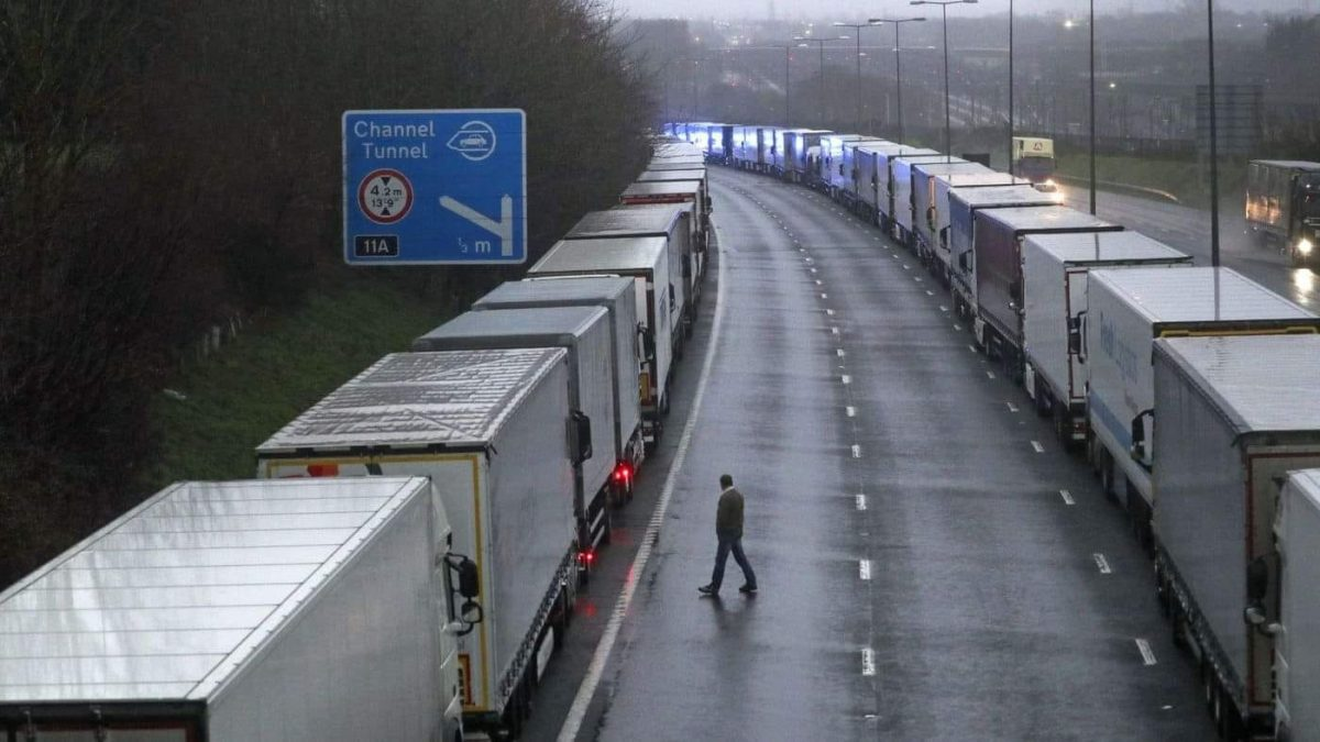 coadă TIRuri Marea Britanie sursa Voluntari in Europa