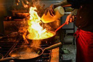 restaurant-chef-bucatar-Pixabay-by-Zoli-gy-e1610999437785