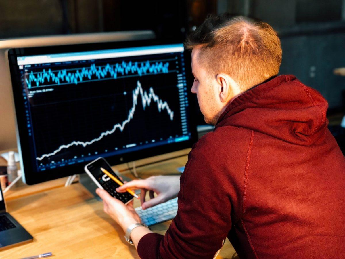Bursa Wall Street trader - chris liverani - unsplash