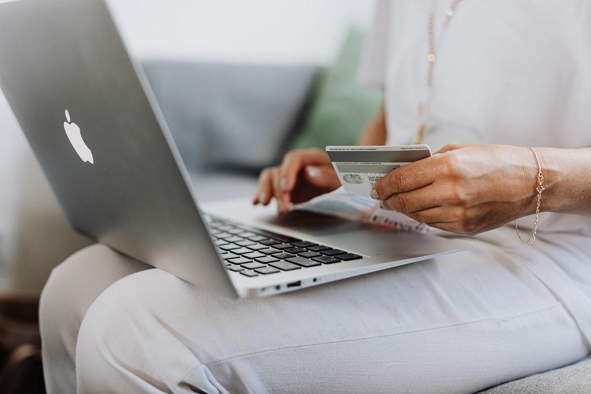 cumparaturi online card foto pexels-karolina-grabowska