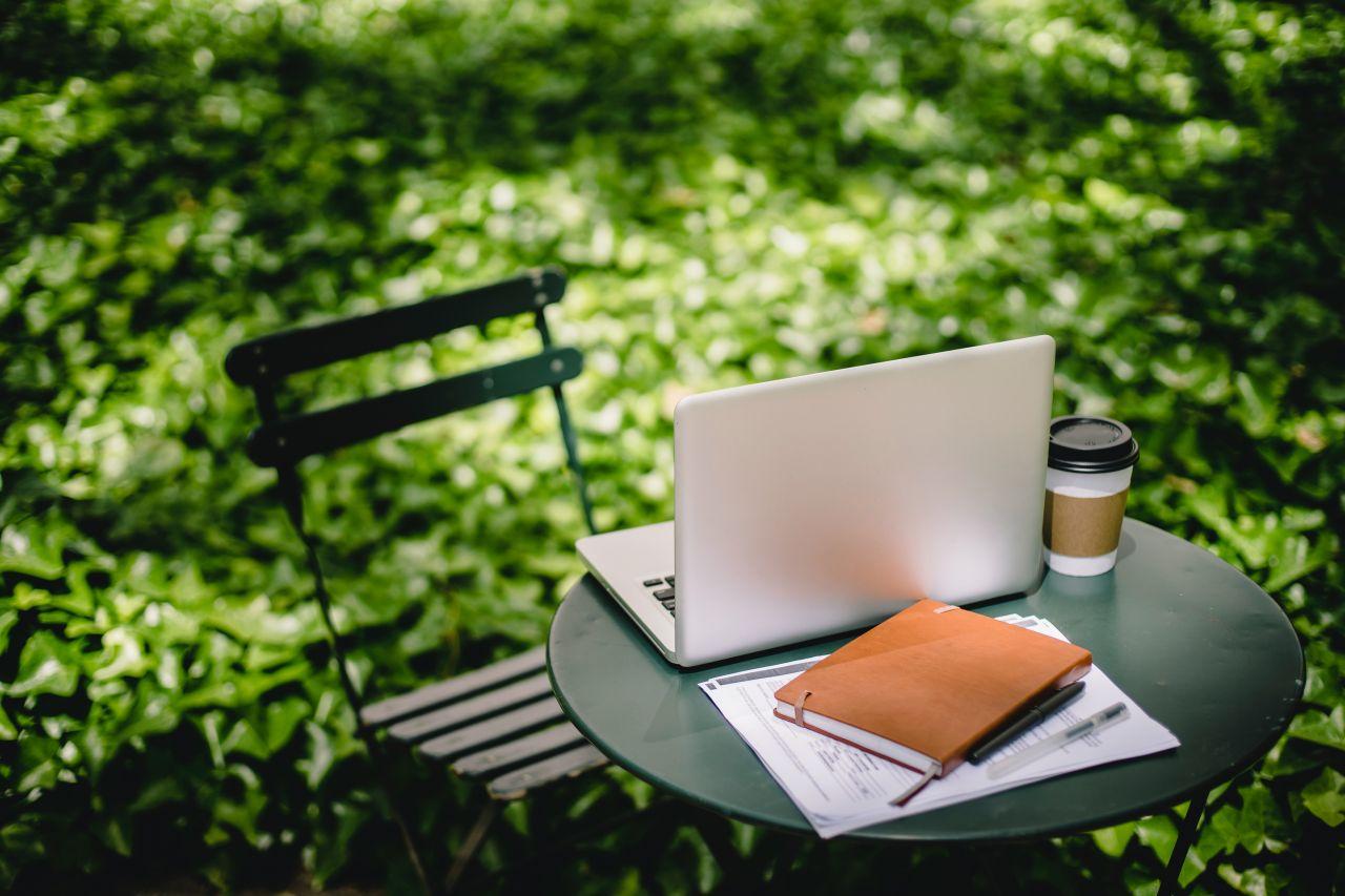 cafea to go, birou outdoor, calculator